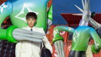 Kris Wu Curi Perhatian Gegara Gendong Boneka Balon saat Fashion Show