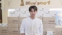 Mean Phiravich donates masks to hospital