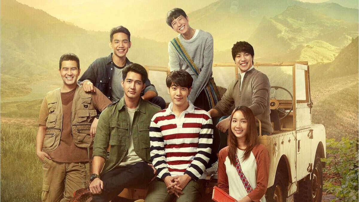 Para karakter di serial '1000 Stars'; Yod (Champ Nattharat, kiri), dokter Nam (Nammon Krittanai, kiri atas), Phupa (Earth Pirapat, kedua dari kiri), Tian (Mix Sahaphap, kedua dari kanan), Longtae (Khaotung Thanawat, tengah atas), Tul (White Nawat, kanan atas), dan Torfun (Aye Sarunchana, kanan bawah). (Sumber: Instagram GMMTV)