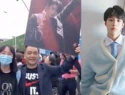 Ayah Ini Bawa Poster Liu Yaowen TNT untuk Semangati Putrinya Ujian