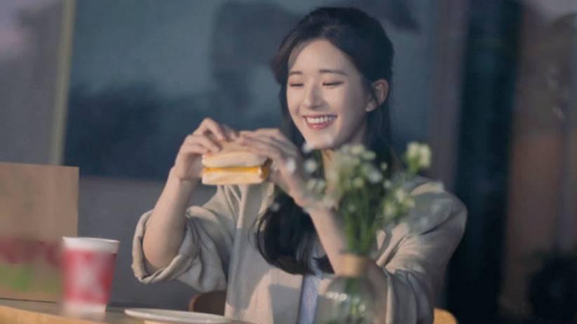 zhao lusi eat burger