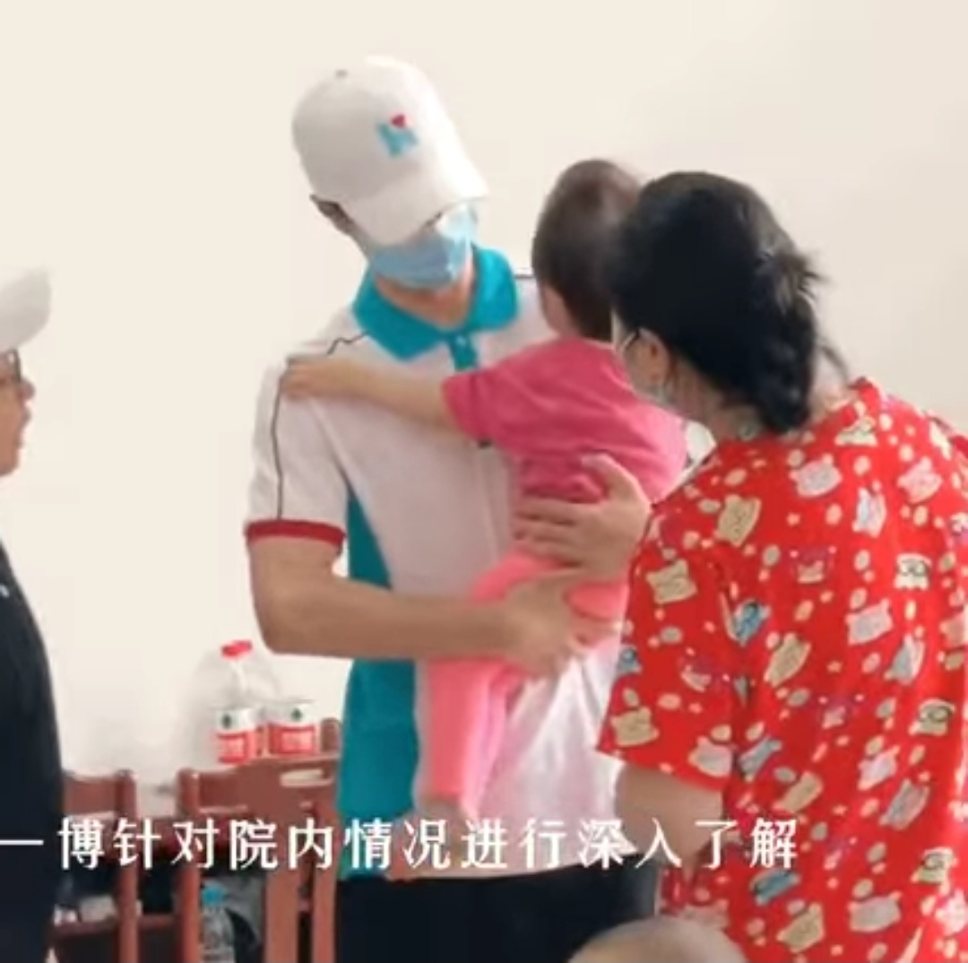 wang yibo gendong anak