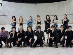 Akur Banget, INTO1 dan BonBon Girls 303 Kompak Bertukar Hand Sign