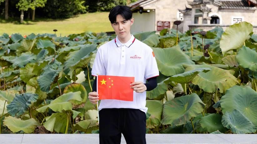 danson tang pegang bendera rrt
